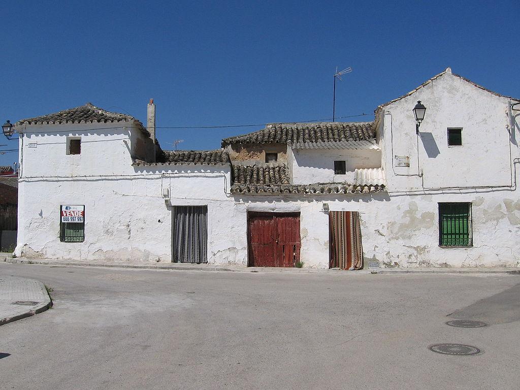 1024px-Calle_3_-_Cabañas_de_Yepes